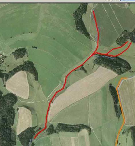 Letecký snímek s navrženou úpravou (červeně).